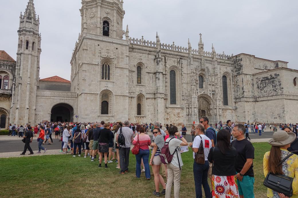 de lange wachtrij voor het Mosteiro dos Jerónimos